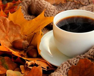 taza de café otoñal