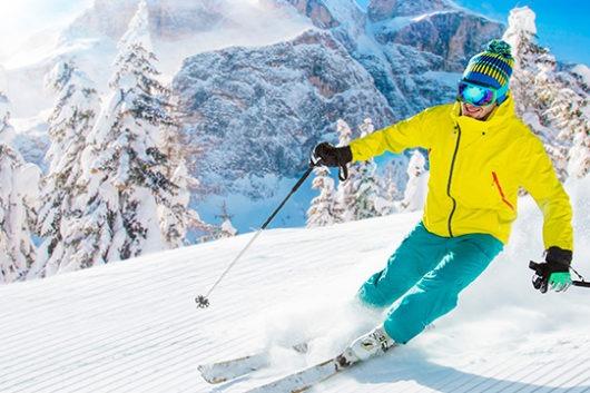 esquiador disfrutando de la nieve